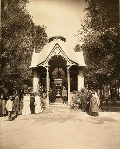 Группа местных жителей у входа в павильон Андреевского товарищества.