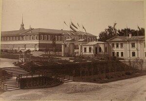 Вид зданий конторы выставки (справа) и музея Уральского Общества любителей естествознания.