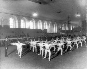 Демонстрация гимнастических упражнений шведскими офицерами-гимнастами.