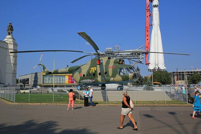 Транспортно-десантный вертолёт Ми-8Т - Военная техника на ВДНХ
