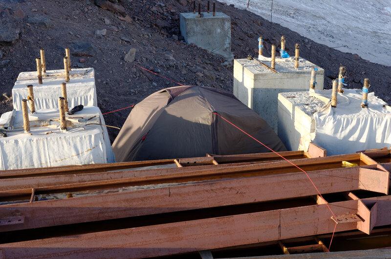 Мы думали что бетонные блоки прикроют нас от ураганного ветра. Но как бы не так - нас болтало как кораблик в море, хорошо хоть было к чему привязываться. Время от времени веревки обрывало ветром, а палатку рвало об бетон и камни.