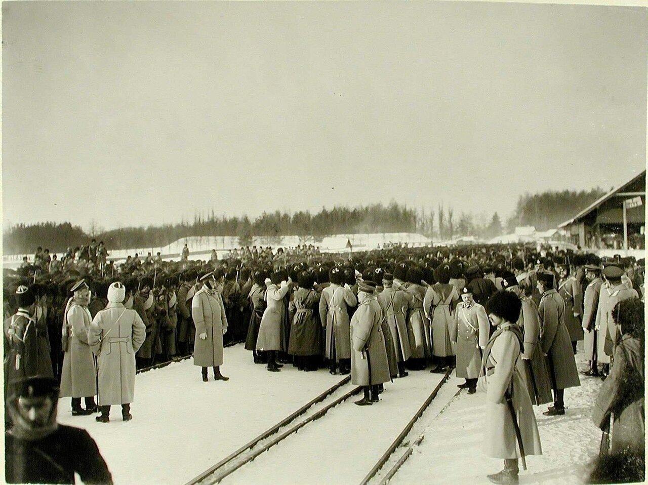 09. Солдаты и офицеры во время встречи императора Николая II на станции.jpg