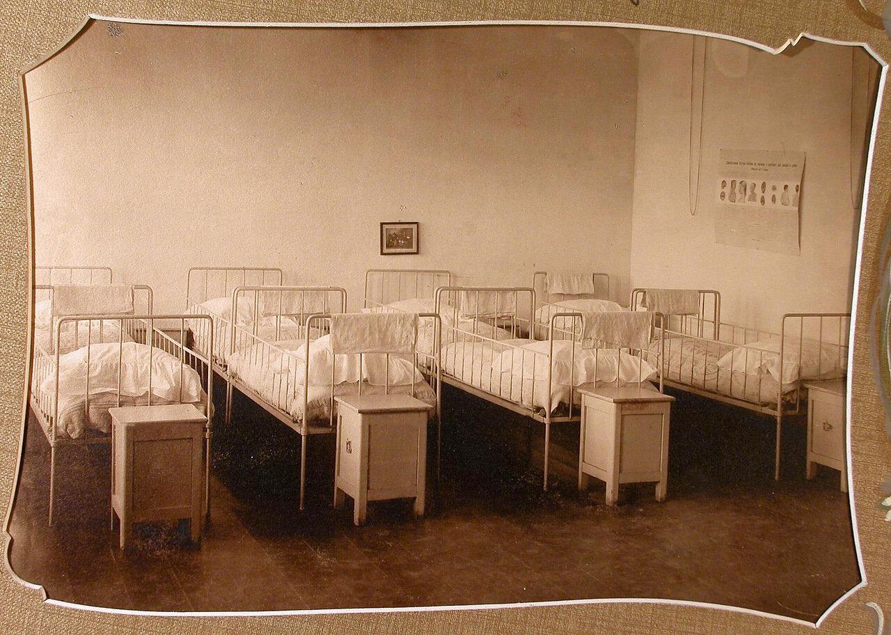 Спальня в помещении детского сада