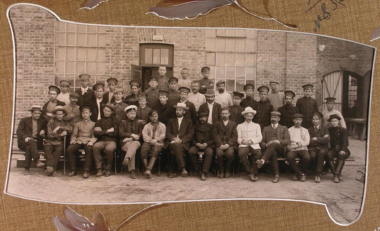 Группа работников типографии у конторы Мариинского машиностроительного завода