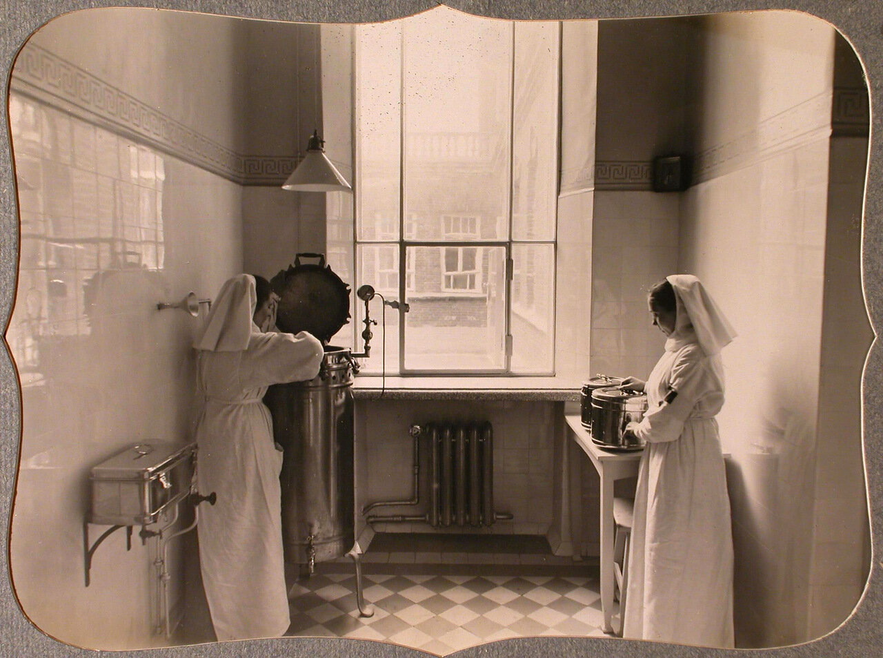 35. Сестры милосердия за работой в стерилизационной комнате лазарета общины