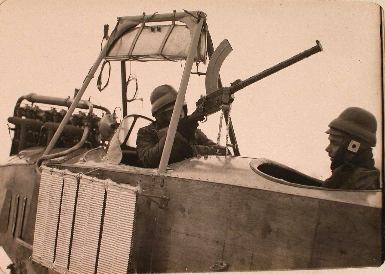 29. Стрелок в кабине летательного аппарата делает пробные выстрелы из пулеметной установки. Псков