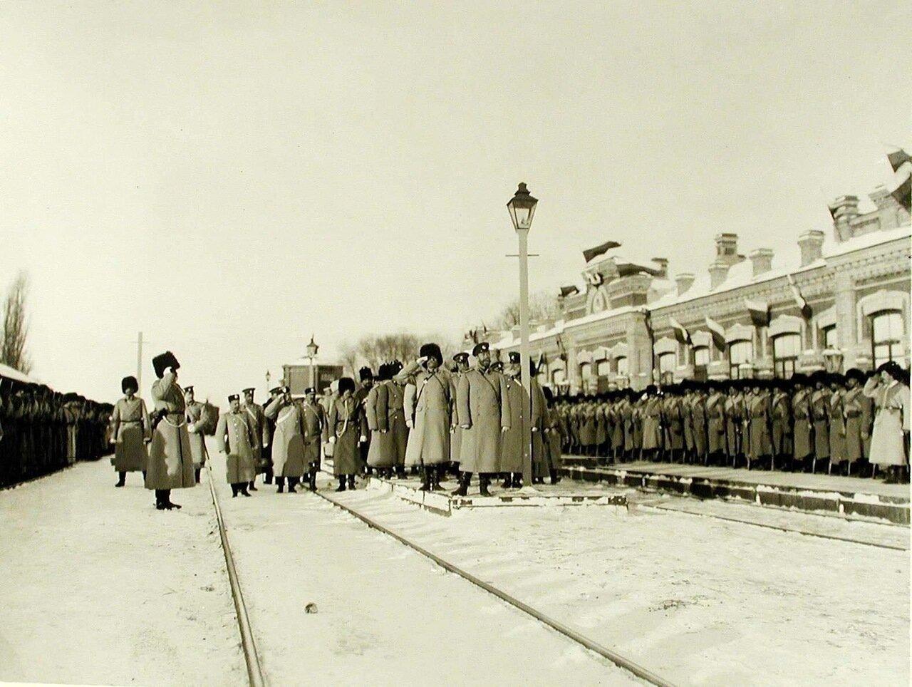 07. Император Николай II со свитой обходит строй солдат 159-го Гурийского и 160-го Абхазского полков,выстроившихся выстроившихся на станции