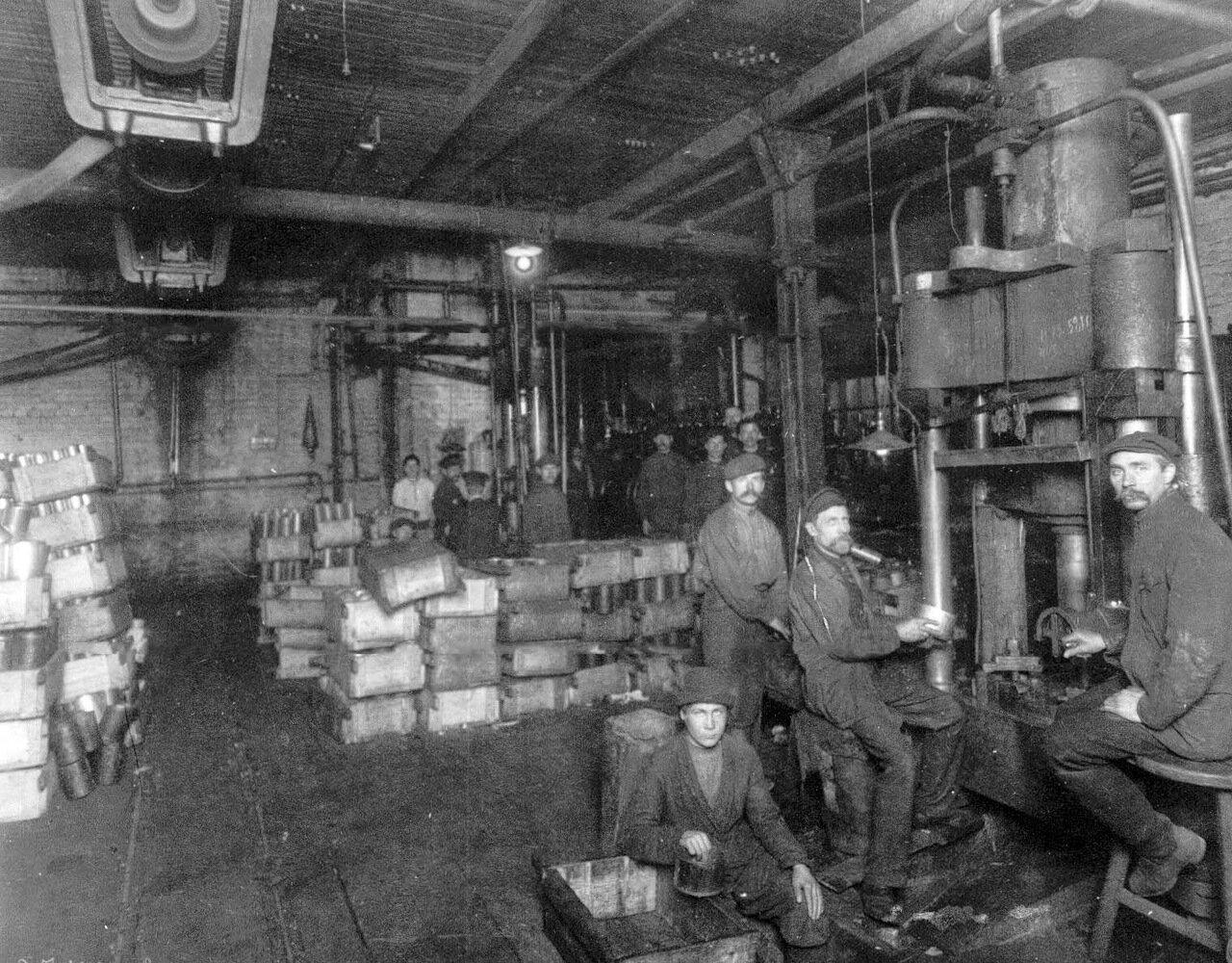 12. Рабочие за штамповкой пехотных мин. Апрель 1916
