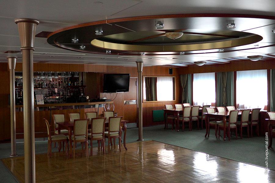 Диско-бар в кормовой части шлюпочной палубы теплохода «Георгий Чичерин»