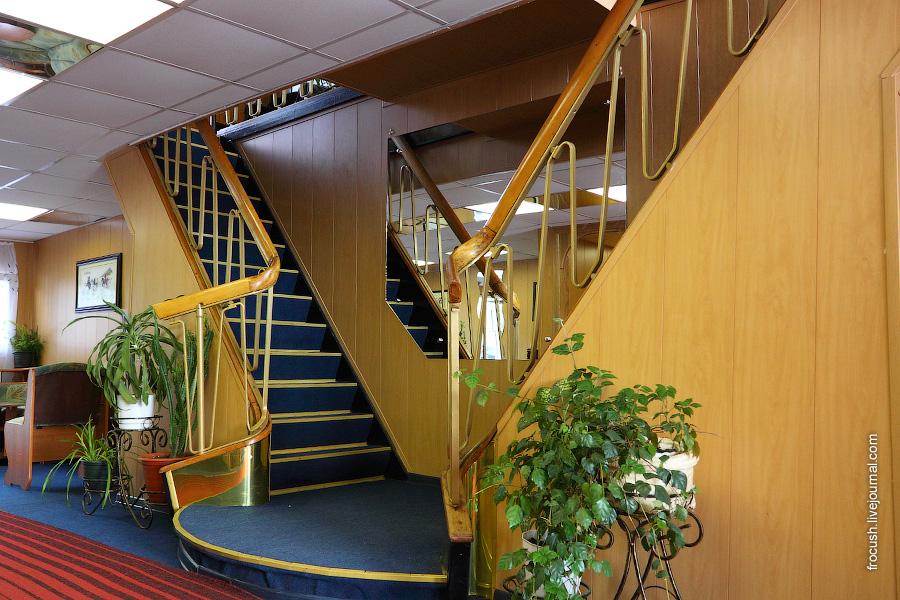 Лестница на среднюю палубу в холле главной палубы теплохода «Габдулла Тукай»