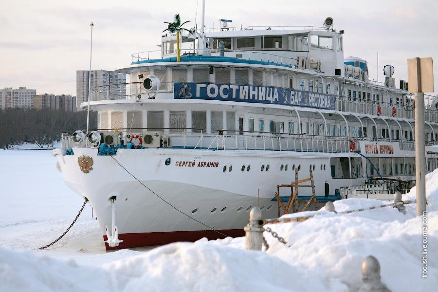 7 марта 2010 года. В зимнее время теплоход «Сергей Абрамов» используется в качестве гостиницы и ресторана