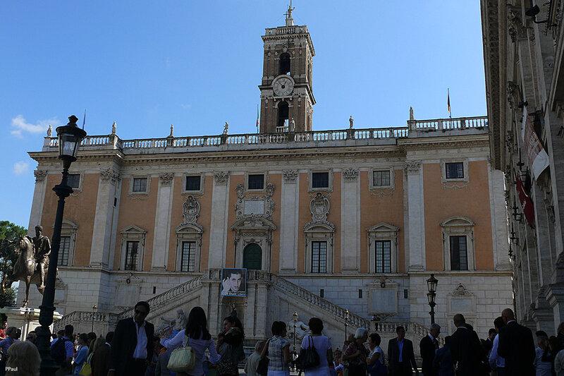 Посередине капитолийской площади находится статуя Марка-Аврелия, за ним – Дворец Сенаторов, справа Палаццо деи Консерватории, а слева Палаццо Нуово. В этих зданиях сейчас музеи с сокровищами древнего Рима.