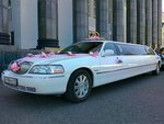 Лимузин Линкольн таун кар, белый, 2005 года выпуска.