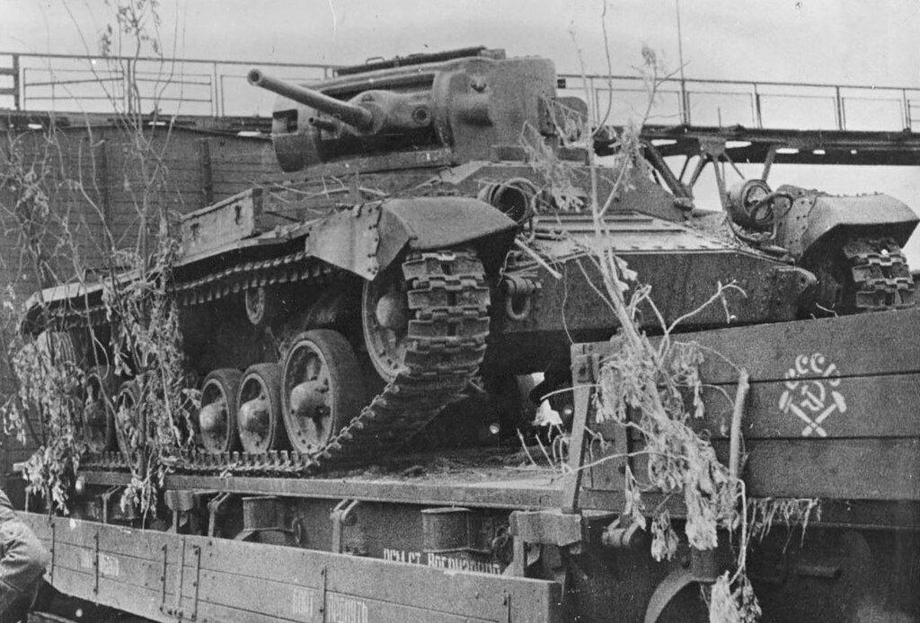 """Танк Mk.III """"Валентайн"""" захваченный на ж/д платформе."""
