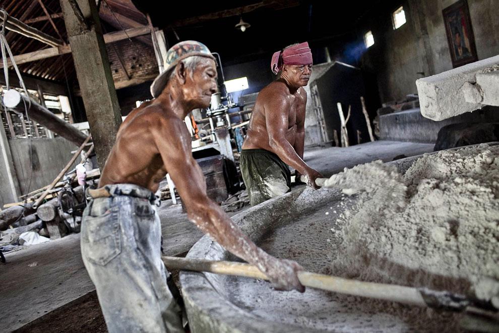 В Индонезии лапшу принято обжаривать. Вот работник привез дрова для печи. (Фото Ulet Ifansasti