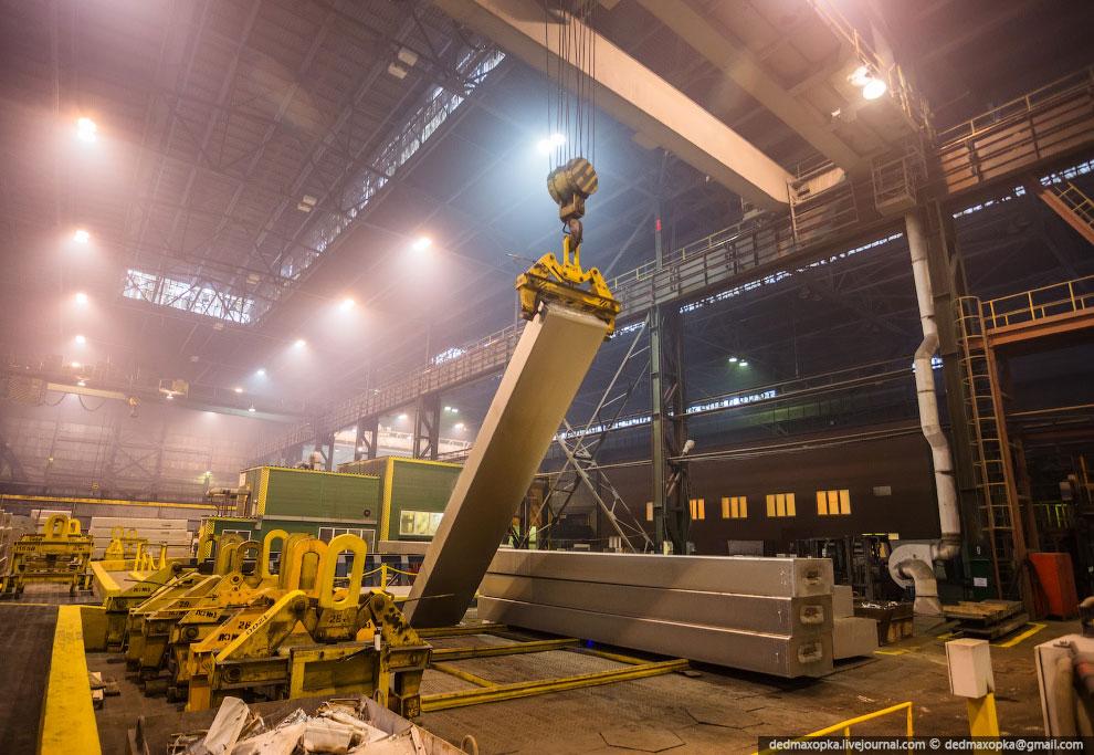 Миксер на 100 тонн металла , в котором идет приготовление сплавов. Миксер по