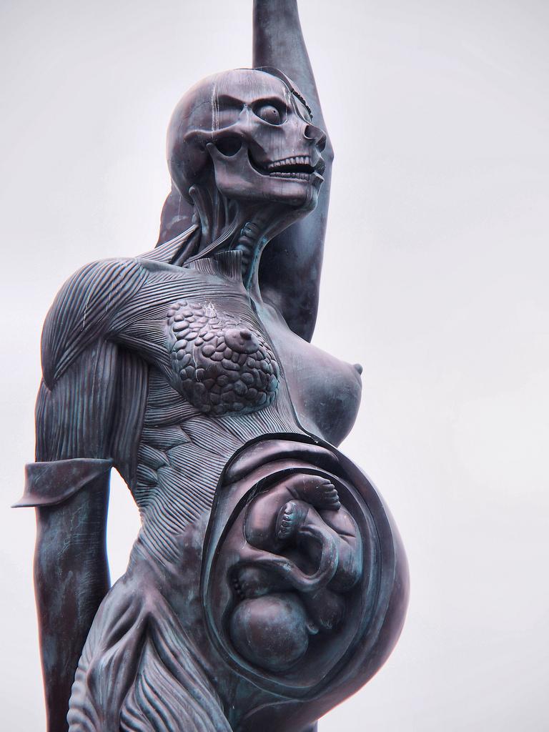 20-метровая статуя беременной женщины работы Дэмьена Херста украшает прибрежный английский курорт. Е