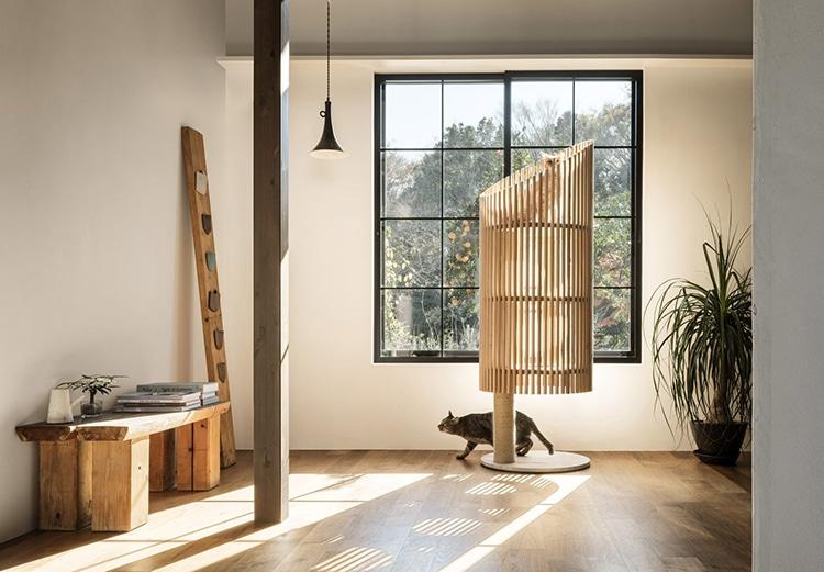 Изготовленная из древесины, привезенной из японского региона Хида, основная цилиндрическая структура