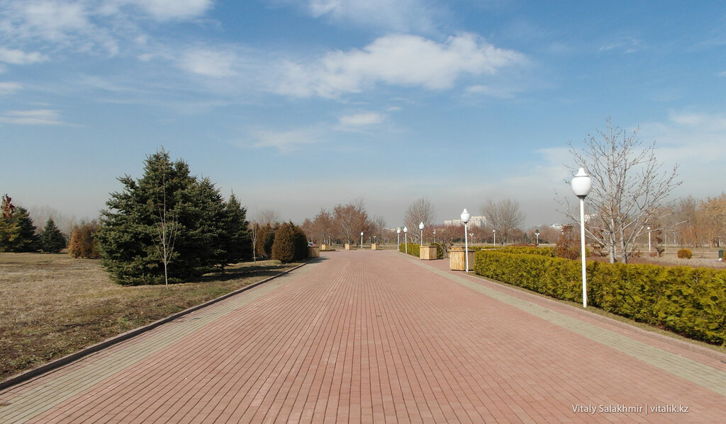 Аккуратная аллея в Парке Первого Президента