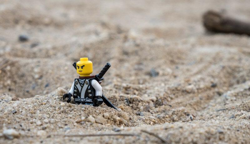 по пояс в песке