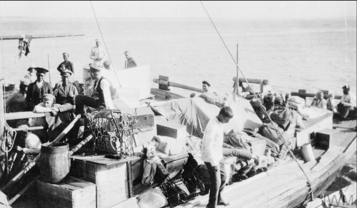 Русские офицеры и мирные жители на лодке на Волге в Царицыне, август 1919