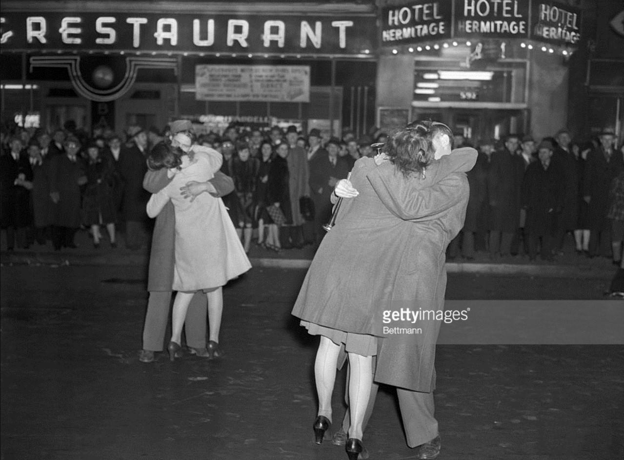 1941. Нью-Йорк. Эти два солдата и их подруги обнимаются в Новый год на пересечении Седьмой авеню и 42-й улицы