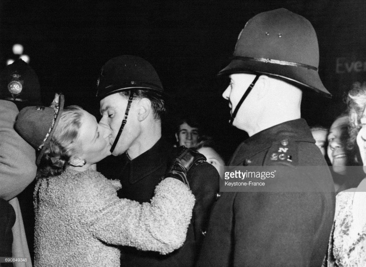 1949. Молодая женщина, целует полицейского на Пикадилли, 31 декабря