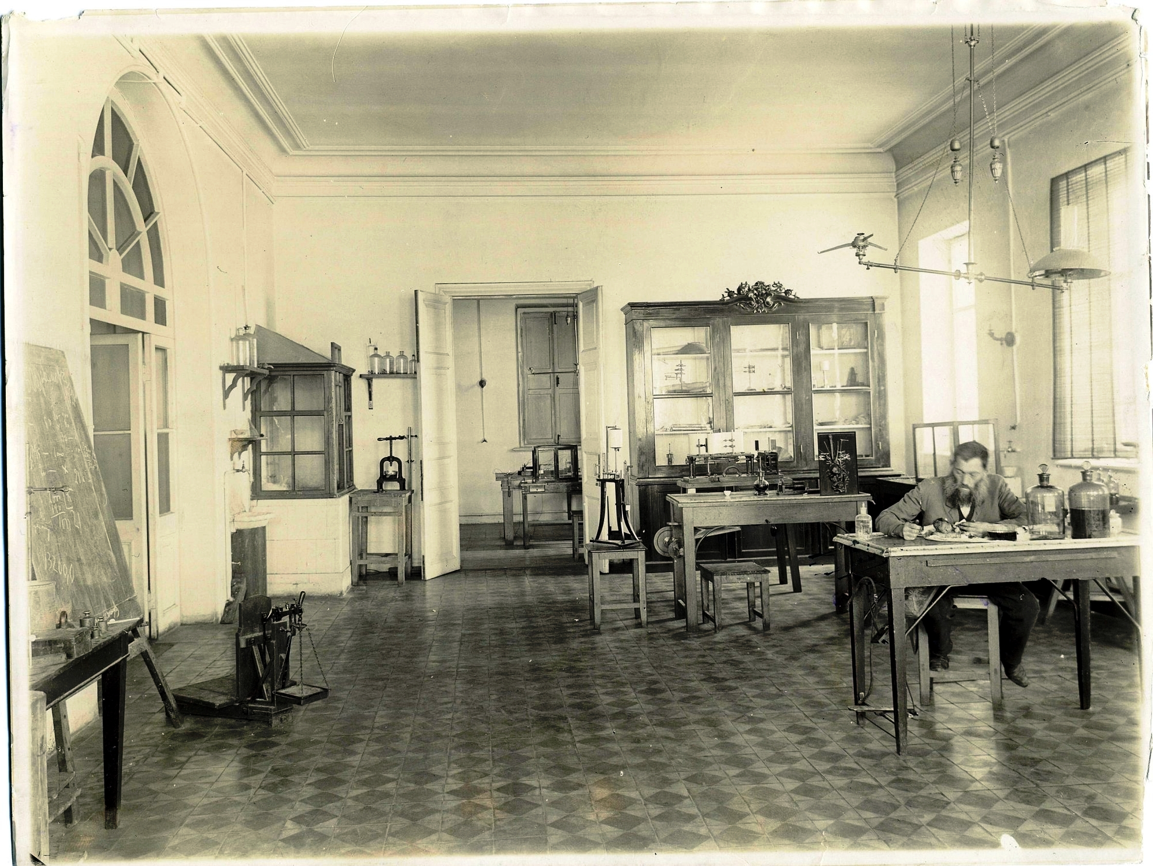 Аудитория медицинской лаборатории в нижнем этаже 1896