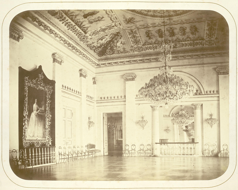 Дворец князей Юсуповых на Мойке. Бальный зал. Слева на стене портрет З.Н. Юсуповой
