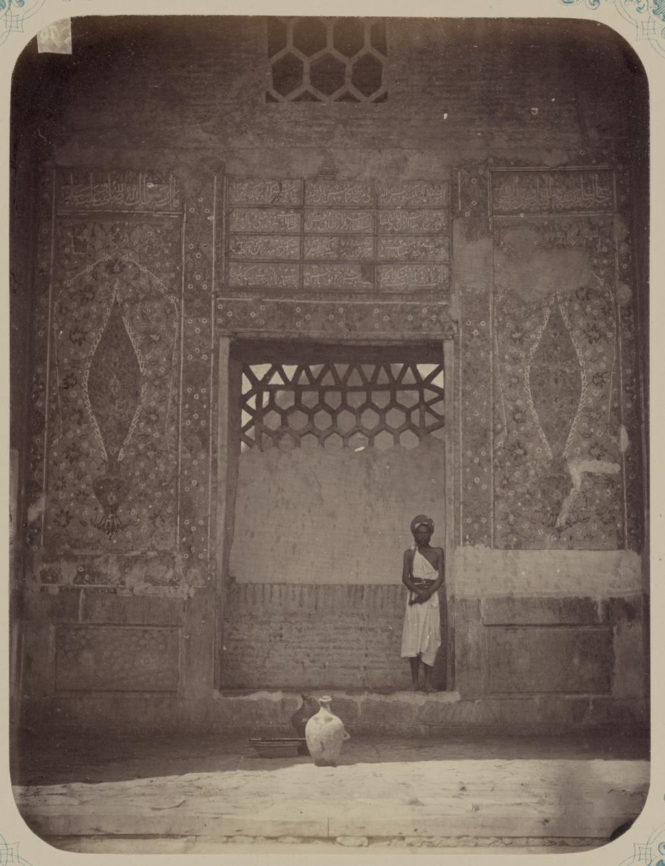Медресе Шир-Дор. Внутренний двор (западная сторона). Надпись внутри главной ниши