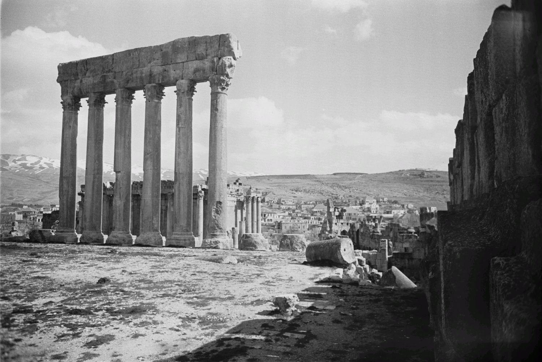 Храмовый комплекс. Руины храма Юпитера. Виден храм Вакха