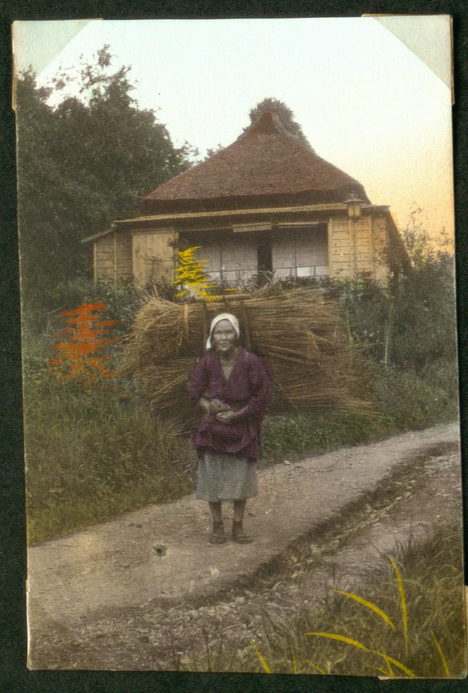 Женщина с вязанками на спине