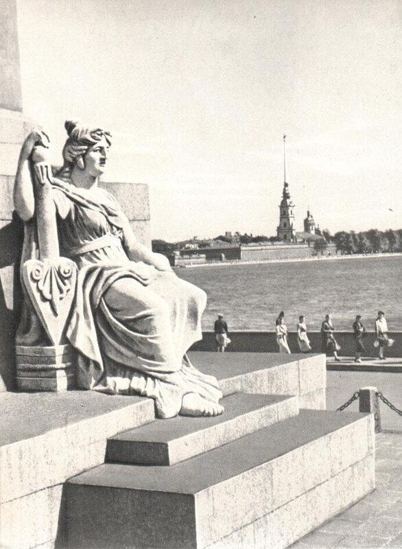032 Скульптура на Ростральной колонне.jpg