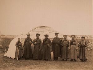 Группа бурят у юрты на территории выставки.