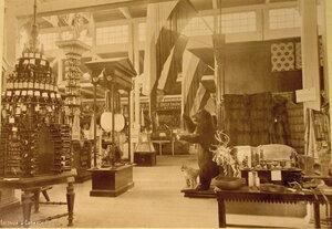 Вид части зала с экспонатами Ввозного и Сибирского отделов выставки.