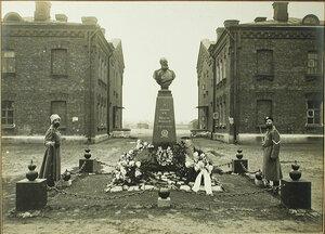 Почетные парные часовые унтер-офицеры роты  гренадеров   у памятника императору Александру III.