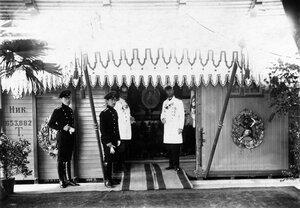 Вход в помещение выставки, расположенной  в вагоне Николаевской железной дороги.