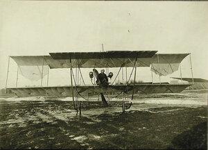 Авиатор на месте пилота в биплане типа «Зоммер»