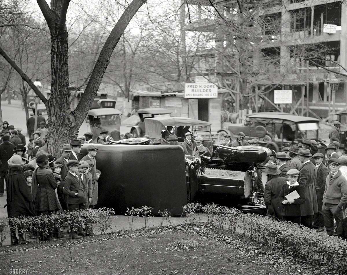 Толпа любопытствующих людей вокруг места дорожной аварии (1922 год)