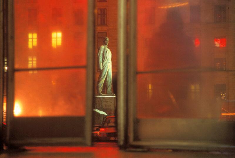 406021 Вид из двери выхода метро на памятник Маяковскому Г. Пинхасов 1997