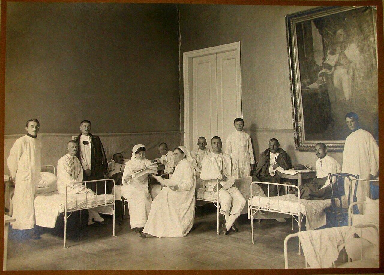05. Раненые и медицинский персонал в одной из палат лазарета