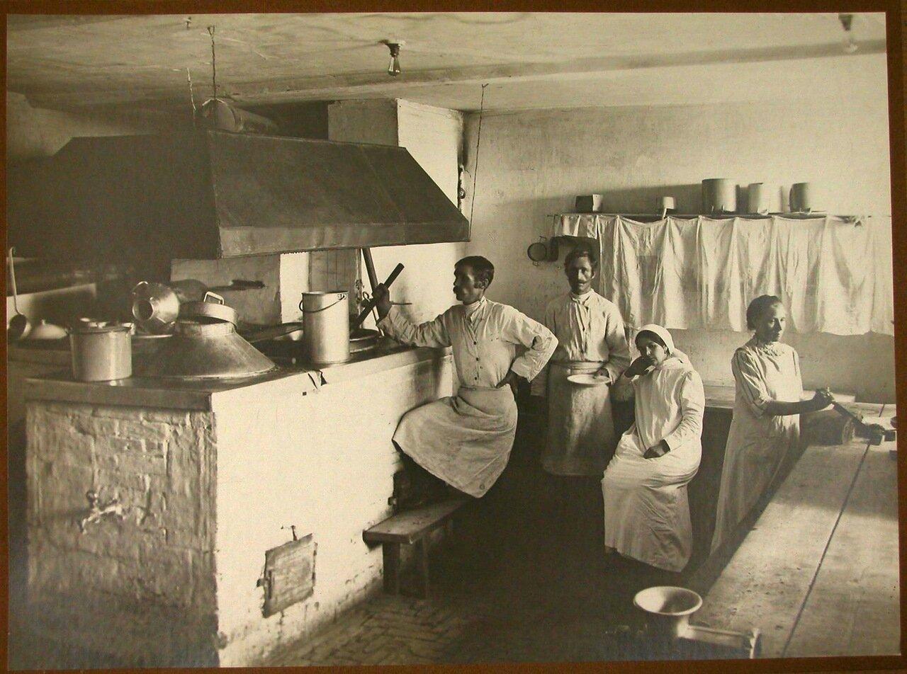 09. Повара и помощники на кухне лазарета за приготовлением обеда