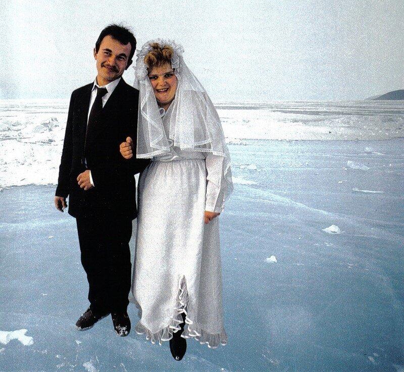 Молодожены Наталья Широбокова и Игорь Карпов фотографируются на фоне Байкала - это традиция соблюдается даже в самые суровые морозы