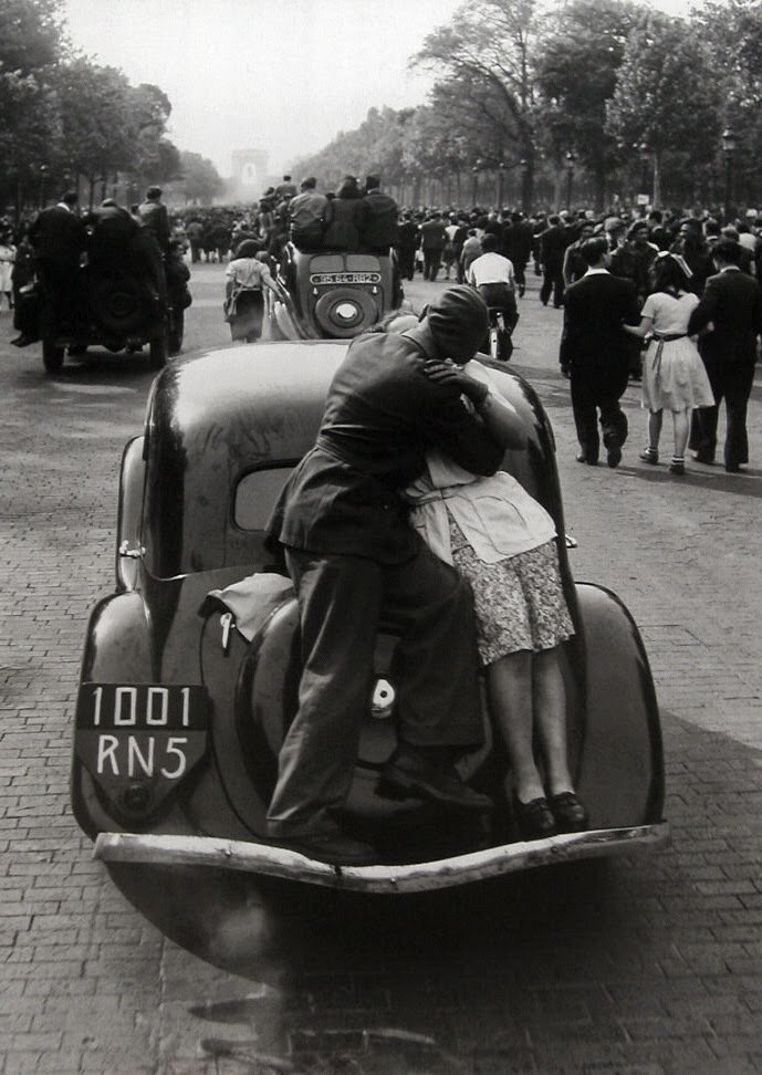 1944. Поцелуй в освобожденном Париже