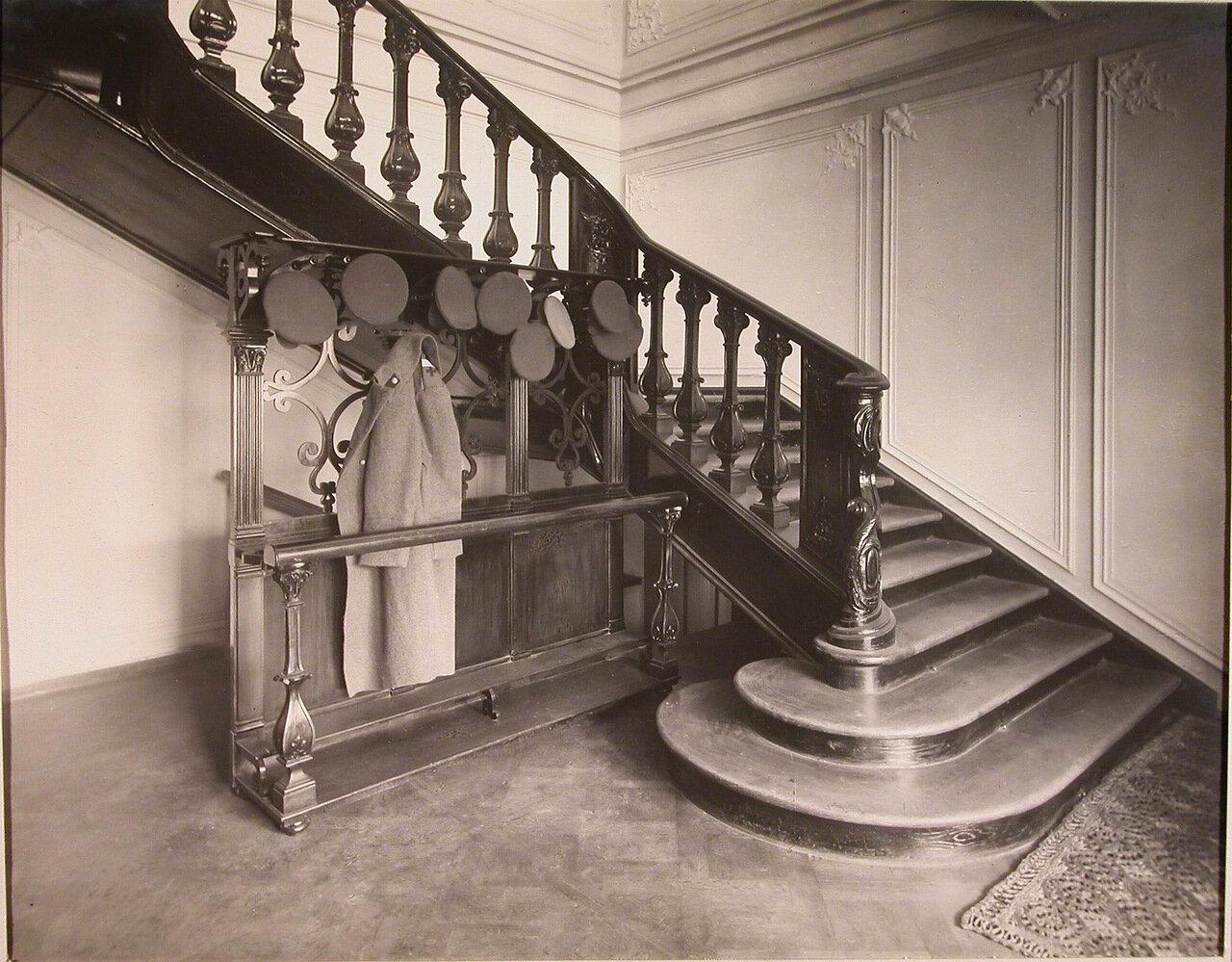 05. Вид части вестибюля и лестницы в здании патроната-убежища
