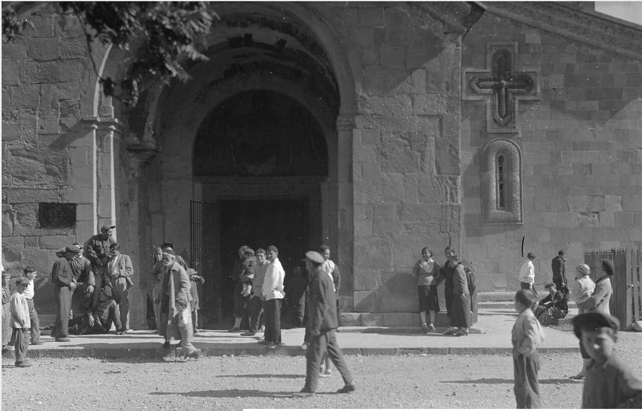 Мцхета. Люди у входа в собор Светицховели