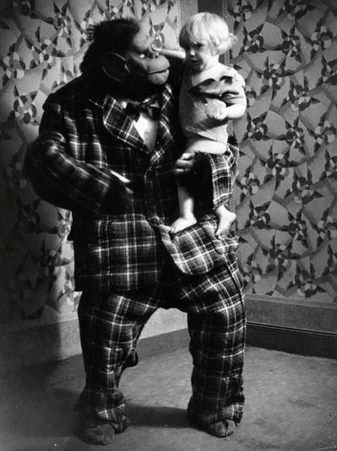 1933. Горилла и ее сын, Монмартр, Париж