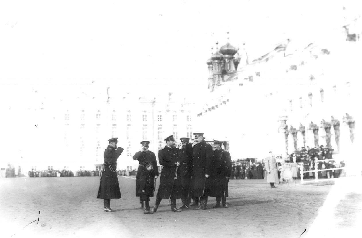 13. Император Николай II с сыном цесаревичем Алексеем и группой офицеров на площади у Екатерининского дворца. 14 апреля 1909
