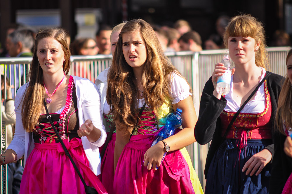 Женские выпуклости и впадины на Октоберфесте girls-Oktoberfest-(45).jpg