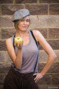 Девушка с яблоком (блондинка, кепка, яблоко)